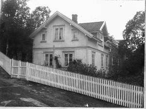 Huset til Edvard Martinsen i Hulberget, Vesten. Huset ble revet i 1939 og bygd nytt av Loi og Anna Martinsen.