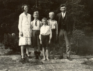 Familien Martinsen på Vesten. ca. 1929. F.v. Anna, Morten, Knut, Kjell og Loi.