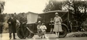 F.v. Erling Gundersen, Elverhøi, Loi Martinsen, Vesten, sjåfør, Magnhild Amundsen med Thorolf og Borghild med datteren Ruth. Biltur til Gausrød i 1929. (Foto: Torstein Amundsen. Utlånt av Arne Amundsen)