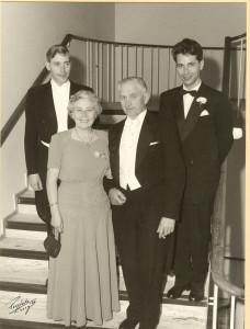 Familien Torstein Amundsen 1901-1990, Magnhild Amundsen 1901-1987. Bak sønnene f.v. Arne Amundsen 1931- og Thorolf Amundsen 1928-. Bilde fra 1960. (Utlånt av Arne Amundsen)