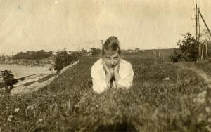 Magnhild Martinsen med Glomma og Sundløkka i bakgrunn. (Utlånt av Arne Amundsen)