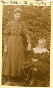 Margit Martinsen, f. 1892 og søsteren Magnhild Martinsen, f. 1901 på Nordby, Fredrikstad Ø. (Utlånt av Thorolf Amundsen).