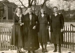 Ingrid Martinsen, mor Oline, Hjørdis Martinsen og Solveig Martinsen i Horten. (Foto: Thorleif Martinsen - Utlånt av Oddveig Lehne).