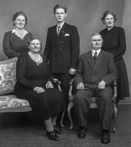 Foran: Klara f. Karlsen og Jens Olsen. Bak f.v. Martha, Johan og Gudrun.