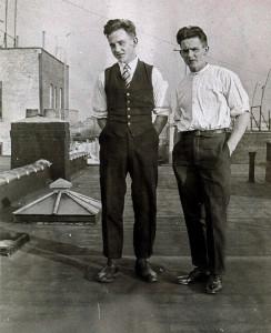 "Arne og Johannes Carlsen, NY. ""Dette er første billede av mig i U.S.A."""