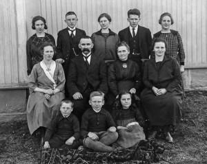 Familien Karl Anton Johannessen. Bak: Signe, Arne Martin, Klara Johannes, Ragnhild. Sittende: Anna, Karl Anton, Fredrikke, Marie (Maja). Foran: Thrond, Sverre og Ingrid.