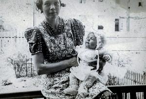 Ruth Carlsen med lille Gladys.