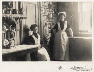 Sigrid Martinsen (1885-1974), sittende, her som tjenestepike i Kristiania som ung jente. Hennes venninne kjenner vi ikke.